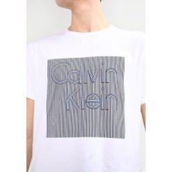 Calvin Klein JAMNA GRAPHIC PLACEMENT Tshirt z nadrukiem white. Pomarańczowe koszulki polo marki Calvin Klein, l, z bawełny, z okrągłym kołnierzem. Za 229,00 zł.
