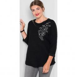 Sweter w kolorze czarnym. Czarne swetry oversize damskie marki Sheego, z bawełny. W wyprzedaży za 65,95 zł.