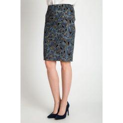Granatowa spódnica w duże kwiaty QUIOSQUE. Niebieskie spódniczki ołówkowe QUIOSQUE, w kwiaty, z tkaniny, biznesowe. W wyprzedaży za 69,99 zł.