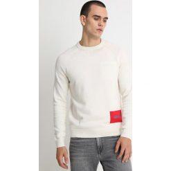 Calvin Klein Jeans WOOL BLEND INSTITUTIONAL LOGO SWEAT Sweter white. Czarne swetry klasyczne męskie marki Calvin Klein Jeans, z bawełny. Za 459,00 zł.