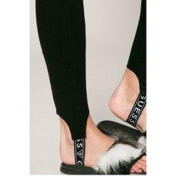 Guess Jeans - Jeansy Sceila. Szare jeansy damskie marki Guess Jeans, na co dzień, l, z aplikacjami, z bawełny, casualowe, z okrągłym kołnierzem, mini, dopasowane. W wyprzedaży za 449,90 zł.