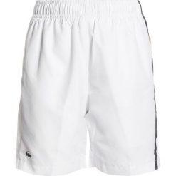 Lacoste Sport TENNIS SHORT Krótkie spodenki sportowe white/marino/buttercup/apricot. Białe spodenki chłopięce Lacoste Sport, z materiału, sportowe. Za 219,00 zł.