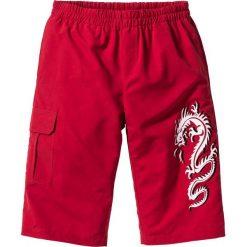 Długie bermudy Regular Fit bonprix ciemnoczerwony. Czerwone bermudy męskie bonprix, z nadrukiem. Za 69,99 zł.
