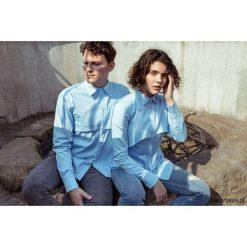 Koszula błękitna z karczkiem - męska. Szare koszule męskie wizytowe marki Guess Jeans, l, z aplikacjami, z bawełny, z klasycznym kołnierzykiem, z długim rękawem. Za 259,00 zł.