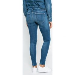 Diesel - Jeansy Slandy. Niebieskie jeansy damskie rurki Diesel. W wyprzedaży za 479,90 zł.