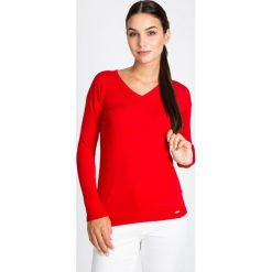 Czerwony sweter basic z dekoltem w serek QUIOSQUE. Czerwone swetry klasyczne damskie QUIOSQUE, uniwersalny, z dzianiny, z dekoltem w serek. W wyprzedaży za 79,99 zł.