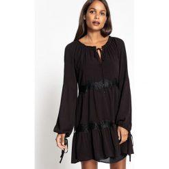 Długie sukienki: Prosta, krótka sukienka z długim rękawem wykonana z gładkiego materiału