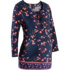 Bluzka shirtowa ciążowa bonprix ciemnoniebiesko-mandarynka w kwiaty. Niebieskie bluzki ciążowe marki bonprix, w kwiaty, z materiału, biznesowe, z okrągłym kołnierzem, moda ciążowa. Za 74,99 zł.