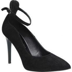 Czarne zamszowe szpilki czółenka z paskiem na kostce Casu 7095/21. Czarne buty ślubne damskie marki Casu, z zamszu, na szpilce. Za 249,99 zł.