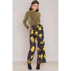 Spodnie damskie: NA-KD Rozszerzane spodnie z wysokim stanem - Multicolor