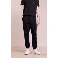 Spodnie męskie: McQ Alexander McQueen TAILORED TRACKPANT Spodnie treningowe darkest black