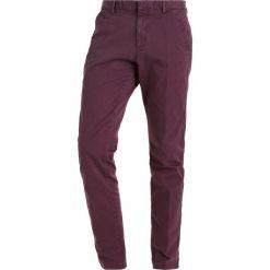 Chinosy męskie: Calvin Klein PARKER REFINED Chinosy purple