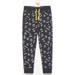 Spodnie dresowe we wzory - Czarny. Brązowe dresy chłopięce marki bonprix, melanż, z dresówki. Za 39,99 zł.