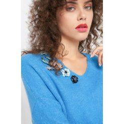Sweter z ozdobną aplikacją. Czerwone swetry oversize damskie marki Orsay, s, z dzianiny. Za 99,99 zł.