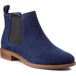 Sztyblety CLARKS - Taylor Shine 261128604 Navy Suede. Niebieskie buty zimowe damskie Clarks, z jeansu, z okrągłym noskiem, na obcasie. W wyprzedaży za 269,00 zł.