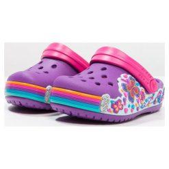 Crocs FUN LAB GRAPHIC Sandały kąpielowe amethyst. Fioletowe sandały chłopięce marki Crocs, z gumy. Za 129,00 zł.