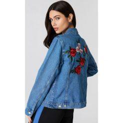 NA-KD Jeansowa kurtka z kwiatowym haftem - Blue. Niebieskie bomberki damskie NA-KD, z haftami, z bawełny. W wyprzedaży za 161,98 zł.