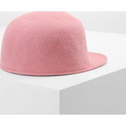 MAX&Co. ADORNARE Czapka z daszkiem rosa. Czerwone czapki z daszkiem damskie MAX&Co., z materiału. W wyprzedaży za 383,20 zł.