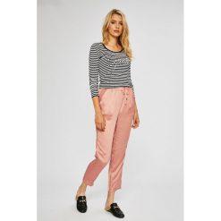 Guess Jeans - Sweter. Szare swetry klasyczne męskie marki Guess Jeans, l, z aplikacjami, z bawełny. Za 369,90 zł.