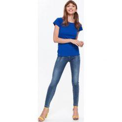 T-SHIRT Z MODNYM WIĄZANIEM NA PLECACH. Szare t-shirty damskie marki Top Secret, w ażurowe wzory. Za 29,99 zł.