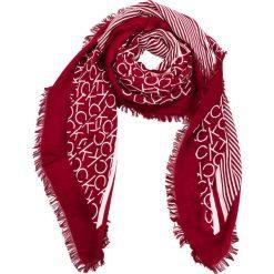 Chusta CALVIN KLEIN - Printed Ck Scarf K60K604704 628. Czerwone chusty damskie marki Calvin Klein, z materiału. Za 229,00 zł.