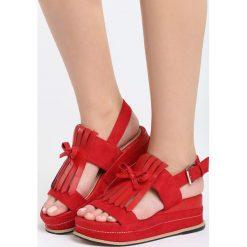 Czerwone Sandały Stormcloud. Czerwone sandały damskie Born2be, z materiału, na koturnie. Za 69,99 zł.