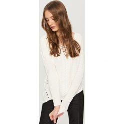 Sweter z wiązanym dekoltem - Kremowy. Białe swetry klasyczne damskie marki Reserved, l. W wyprzedaży za 49,99 zł.