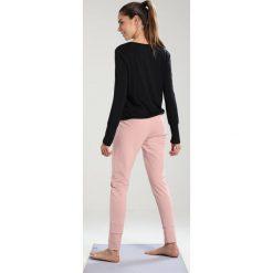 Curare Yogawear LAP SHOULDER Bluzka z długim rękawem black. Czarne bluzki longsleeves Curare Yogawear, xs, z elastanu, sportowe. Za 199,00 zł.