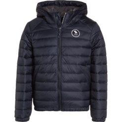 Abercrombie & Fitch PUFFER Kurtka zimowa navy. Niebieskie kurtki chłopięce zimowe marki Abercrombie & Fitch, z materiału. W wyprzedaży za 231,20 zł.