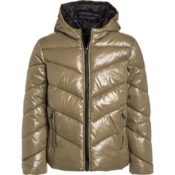 Sisley Kurtka zimowa khaki. Brązowe kurtki chłopięce przeciwdeszczowe Sisley, na zimę, z materiału. W wyprzedaży za 125,40 zł.