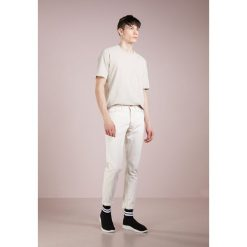 Jeansy męskie regular: Band of Outsiders WAVE TROUSERS Jeansy Slim Fit ivory