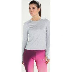 Nike Performance DRY CREW Koszulka sportowa wolf grey/heather/reflective silver. Szare topy sportowe damskie marki Nike Performance, l, z elastanu. W wyprzedaży za 149,25 zł.