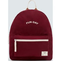 Bordowy plecak z napisem. Czerwone plecaki damskie Pull&Bear, z napisami. Za 79,90 zł.