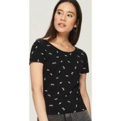 T-shirt z wycięciem na plecach - Czarny. Czarne t-shirty damskie Sinsay, l, z dekoltem na plecach. W wyprzedaży za 19,99 zł.