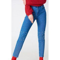 NA-KD Jeansy Pearl Knee - Blue. Niebieskie boyfriendy damskie NA-KD, z jeansu. W wyprzedaży za 40,19 zł.