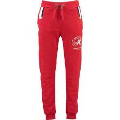 """Spodnie dresowe """"Moduk"""" w kolorze czerwonym. Czerwone spodnie dresowe męskie Geographical Norway, z aplikacjami, z dresówki. W wyprzedaży za 117,95 zł."""