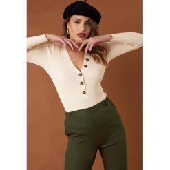 NA-KD Trend Sweter z guzikami - Offwhite. Białe swetry klasyczne damskie marki NA-KD Trend, z nadrukiem, z jersey, z okrągłym kołnierzem. Za 141,95 zł.