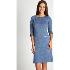 Granatowa melanżowa sukienka z zamkami na biodrach QUIOSQUE. Niebieskie długie sukienki marki QUIOSQUE, na jesień, z dzianiny, z dekoltem na plecach, z długim rękawem. Za 199,99 zł.