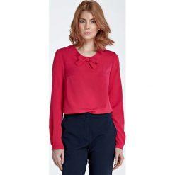 Fuksja Bluzka z Kokardką przy Dekolcie. Czerwone bluzki damskie marki Molly.pl, l, z jeansu, biznesowe, z dekoltem na plecach, z długim rękawem. Za 104,90 zł.
