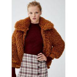 Prążkowany sweter z półgolfem. Czerwone swetry klasyczne damskie Pull&Bear, prążkowane. Za 59,90 zł.