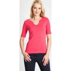 Bluzki damskie: Koralowa gładka bluzka z dekoltem QUIOSQUE