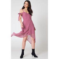 NA-KD Boho Sukienka midi z wiązaniem - Pink. Niebieskie sukienki asymetryczne marki NA-KD Boho, na imprezę, w koronkowe wzory, z koronki, boho, na ramiączkach, mini. Za 60,95 zł.