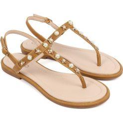 Sandały japonki w kolorze złoto-jasnobrązowym. Brązowe klapki damskie Chika 10. W wyprzedaży za 82,95 zł.
