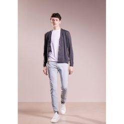 PS by Paul Smith MENS STANDARD Jeansy Slim Fit light blue denim. Niebieskie jeansy męskie relaxed fit marki PS by Paul Smith, z bawełny. W wyprzedaży za 450,45 zł.