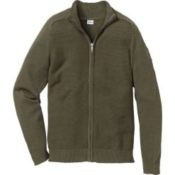 Sweter rozpinany z bawełny z recyclingu Regular Fit bonprix ciemnooliwkowy. Zielone kardigany męskie bonprix, l, z bawełny. Za 89,99 zł.