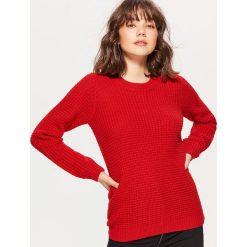 Sweter z drobnym splotem - Czerwony. Czerwone swetry klasyczne damskie marki Cropp, l, ze splotem. Za 59,99 zł.
