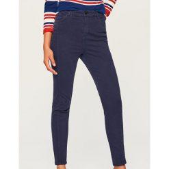 Spodnie z wysokim stanem - Granatowy. Niebieskie spodnie z wysokim stanem marki Reserved, z jeansu. Za 89,99 zł.