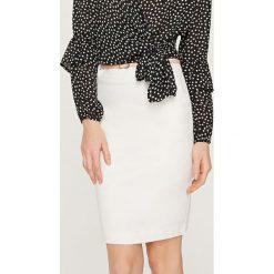 Spódniczki: Ołówkowa spódnica z paskiem – Kremowy