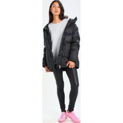 Adidas Originals Płaszcz puchowy black. Szare płaszcze damskie puchowe marki adidas Originals, na co dzień, z nadrukiem, z bawełny, casualowe, z okrągłym kołnierzem, proste. W wyprzedaży za 599,20 zł.