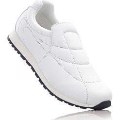 Buty wsuwane bonprix biały. Białe buty sportowe damskie bonprix, z materiału. Za 59,99 zł.